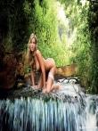 Красивая голая попка длинноногой блондинки на природе, фото 9