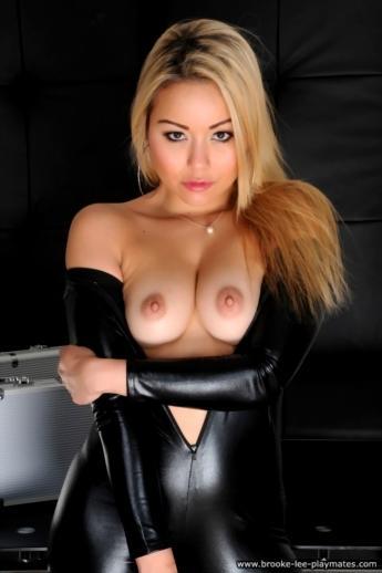 Фетиш блондинки в латексной униформе из которой выпирают соски маленькой груди