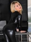 Фетиш блондинки в латексной униформе из которой выпирают соски маленькой груди, фото 2