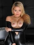 Фетиш блондинки в латексной униформе из которой выпирают соски маленькой груди, фото 7