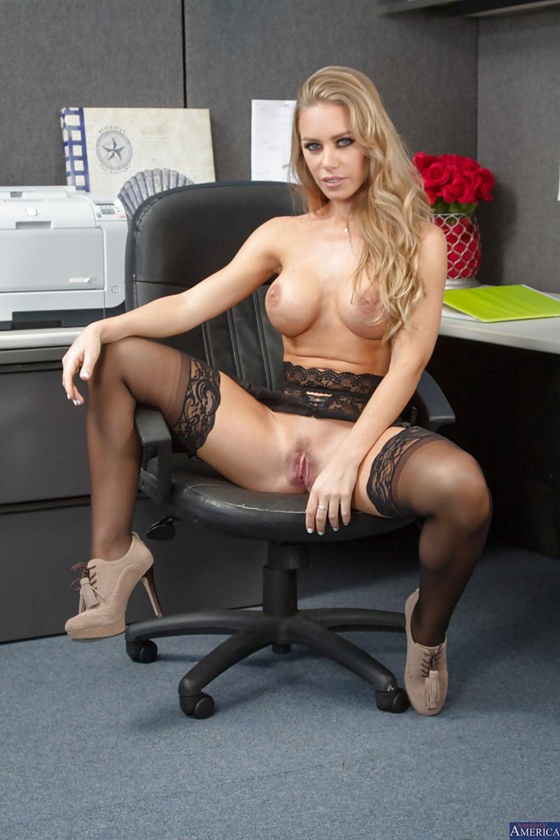 Зрелая кудрявая секретарша раздевается на рабочем месте