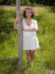 Очаровательная Pammie Lee на природе снимает белое платье с красивого тела, фото 1