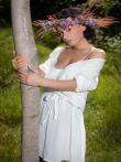 Очаровательная Pammie Lee на природе снимает белое платье с красивого тела, фото 2
