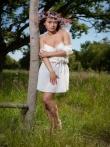 Очаровательная Pammie Lee на природе снимает белое платье с красивого тела, фото 3