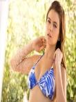 Мокрая девушка снимает бикини оголяя спелые титьки под душем в саду, фото 1