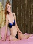 Стройная рыжая снимает сексуальное нижнее белье в постели раздвигая длинные ноги с горячей писькой, фото 2