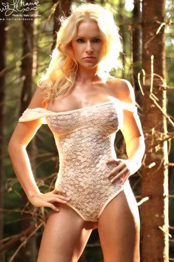 В лесу красотка в сексуальном нижнем белье показывает стриптиз