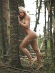В лесу красотка в сексуальном нижнем белье показывает стриптиз, фото 1