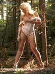 В лесу красотка в сексуальном нижнем белье показывает стриптиз, фото 11