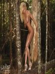 В лесу красотка в сексуальном нижнем белье показывает стриптиз, фото 13