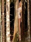 В лесу красотка в сексуальном нижнем белье показывает стриптиз, фото 6