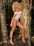 В лесу красотка в сексуальном нижнем белье показывает стриптиз, фото 8
