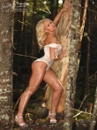 В лесу красотка в сексуальном нижнем белье показывает стриптиз, фото 9