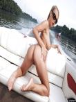 Mandy Dee снимает бикини во время прогулки с большими голыми титьками на катере, фото 11