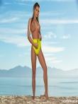 На пляже расстегнула мокрое бикини оголив красивые сиськи и большую жопу, фото 2