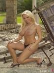 Зрелая блондинка с загорелой попой в стрингах оголяет натуральные дойки на природе, фото 11