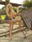 Зрелая блондинка с загорелой попой в стрингах оголяет натуральные дойки на природе, фото 3