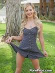 Кудрявая блондинка на улице публично у дерева задрала платье и крупным планом показала анус и горячую письку, фото 1