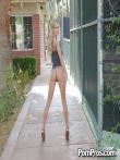 Кудрявая блондинка на улице публично у дерева задрала платье и крупным планом показала анус и горячую письку, фото 11