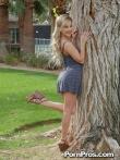 Кудрявая блондинка на улице публично у дерева задрала платье и крупным планом показала анус и горячую письку, фото 15