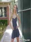 Кудрявая блондинка на улице публично у дерева задрала платье и крупным планом показала анус и горячую письку, фото 8