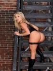 Длинноногая блондинка на лестнице стягивает джинсовую юбку с большой голой жопы, фото 5