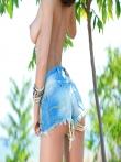 Красивая попа в раваных джинсовых шортах большегрудой брюнетки в саду, фото 3