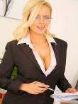 Секретарша в очках раздевается до гола на робочем месте показывая огромные натуральные дойки, фото 1