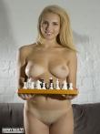Снимает белье и голышом играет в шахматы, фото 19