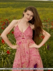 Снимает платье - голышом позирует с аппетитными титьками в цветочном поле, фото 2