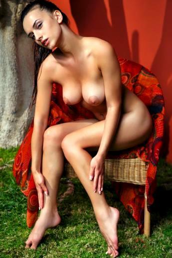 Глория стройная брюнетка с косичками обнажает большие груди и сладкую попку