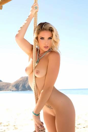 Стройная обнаженная блондинка на пляже