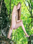 В лесу худая модель с голенькой попкой и маленькими титьками, фото 8