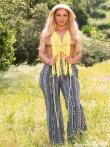 Блондинка на траве показывает большую жопу, фото 1