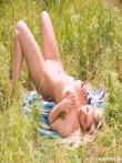 Блондинка на траве показывает большую жопу, фото 12