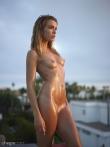 Фитнес модель в масле оголяется снимая бикини у бассейна с маленьких сисек, фото 15