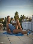Фитнес модель в масле оголяется снимая бикини у бассейна с маленьких сисек, фото 2