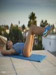Фитнес модель в масле оголяется снимая бикини у бассейна с маленьких сисек, фото 3