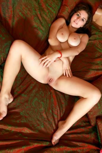 Роскошная пышная девушка с огромными натуральными дойками