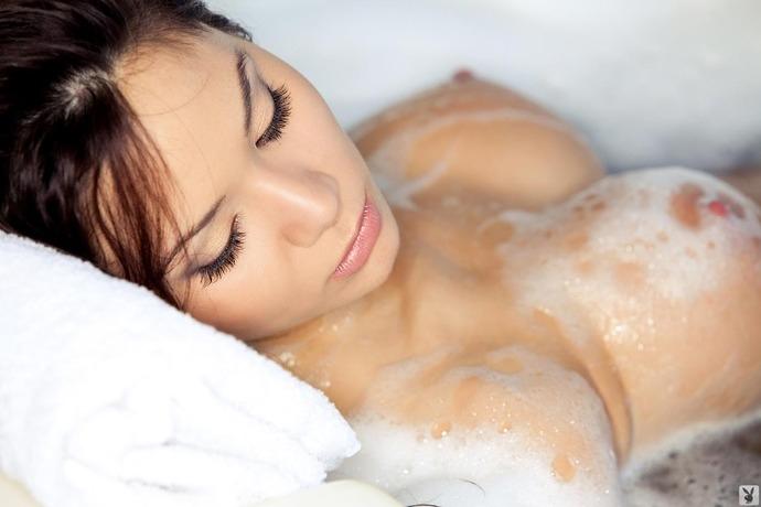 Обнаженная азиатка в ванной