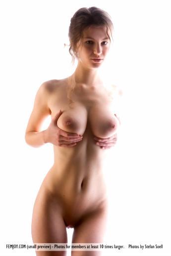 Высокая голая девушка со стройной талией и красивым натуральным бюстом