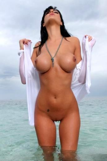 Загорелая латинка с аппетитными титьками Ella Mai распахивает блузку на море