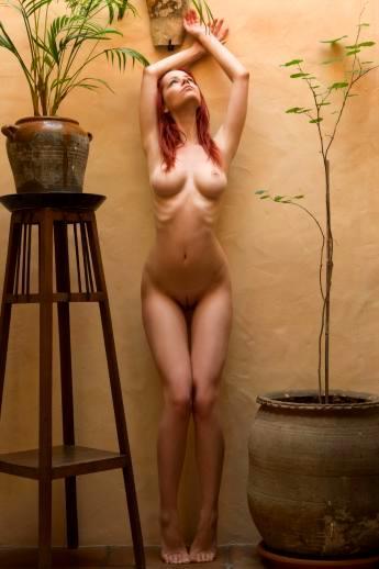 Длинноногая рыжая Ariel раздвигает длинные ножки показывая сладкую письку
