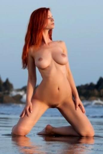 Мокрые сиськи рыже модели на природе