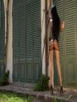 София показывает длинные загорелые ноги на высоких каблуках и упругую голую попку, фото 2