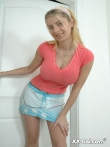 Блондинка в юбке задирает топ оголяя большие сиськи, фото 1
