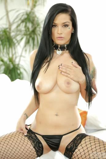 Горячая шлюшка Katrina Jade снимает трусы показывая голую письку