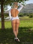 Спортивная девушка с красивым лицом и сиськами оголяется на природе, фото 2