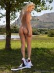 Спортивная девушка с красивым лицом и сиськами оголяется на природе, фото 4