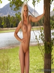 Спортивная девушка с красивым лицом и сиськами оголяется на природе, фото 7